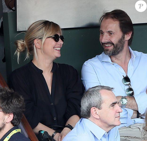 Flavie Flament et son compagnon Vladimir regardent le match entre R.Nadal et R. Gasquet dans les tribunes des Internationaux de France de Tennis de Roland-Garros à Paris le 2 juin 2018.