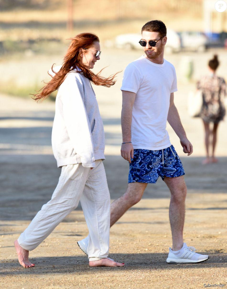 Lindsay Lohan semble très proche d'un jeune homme inconnu lors de son séjour sur l'île de Mykonos le 12 juin 2018.
