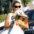Eva Longoria avec son chien dans les rues de Beverly Hills, le 10 juin 2006.
