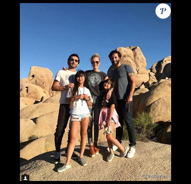 Laeticia Hallyday avec ses deux filles Jade et Joy, le producteur Jean Claude Sindres et Maxim Nucci à Joshua Tree. Instagram, le 18 juin 2018.