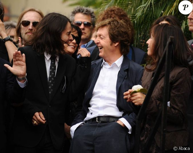 paul mccartney a plaisant avec olivia et dhani harrison la veuve et le fils de george lors de. Black Bedroom Furniture Sets. Home Design Ideas