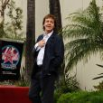 Paul McCartney a pris la pose près de l'étoile décernée à l'ancien Beatle sur Hollywood Boulevard