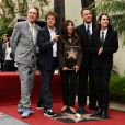 Eric Idle, Paul McCartney, Olivia Harrison, Tom Hanks et Dhani Harrison ont pris la pose devant l'étoile de George