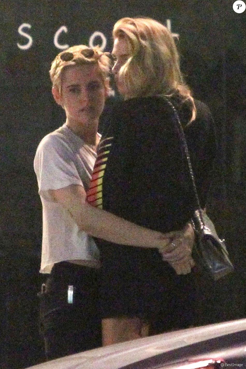 Exclusif - Kristen Stewart et sa compagne Stella Maxwell sont allées dîner avec des amis au Scout à Los Angeles. Le 26 juin 2018.
