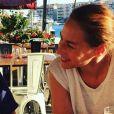 """Vanessa Demouy pose avec son fils Solal sur le tournage de """"Demain nous appartient"""" à Sète, le 26 juin 2018."""