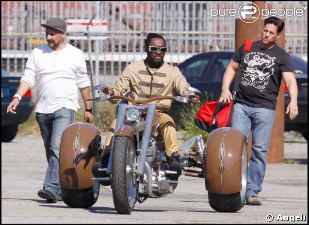 Les Black Eyed Peas, sans Fergie, sur le tournage de leur nouveau clip à Los Angeles, le 19 avril 2009. Will.I.Am a eu l'air d'apprécier la moto à trois roues !