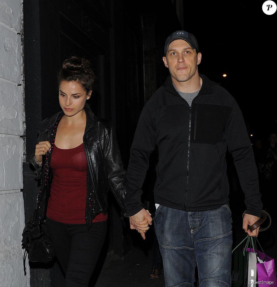 Tom Hardy, sa compagne Charlotte Riley et leur chien se promènent dans les rues de Londres. Le 15 août 2014