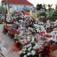 Exclusif - Les fans de Johnny Hallyday célèbrent l'anniversaire (75ans) posthume de la star sur la tombe fleurie au cimetière marin de Lorient, en l'absence de messe, de concert ou de soirée hommage organisés sur l'île de Saint-Barthélémy, Antilles françaises, France, le 15 juin 2018.