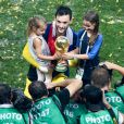 Hugo Lloris et ses filles - L'équipe de France sur la pelouse du stade Loujniki après leur victoire sur la Croatie (4-2) en finale de la Coupe du Monde 2018 (FIFA World Cup Russia2018), le 15 juillet 2018.