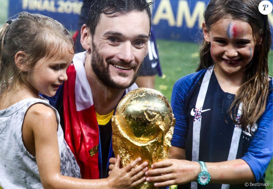 Hugo Lloris et ses filles - L'équipe de France sur la pelouse du stade Loujniki après leur victoire sur la Croatie (4-2) en finale de la Coupe du Monde 2018 (FIFA World Cup Russia2018), le 15 juillet 2018