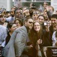 Russell Crowe prend volontiers la pose avec une fan lors de la première du film Jeux de pouvoir à Londres le 21 avril 2009