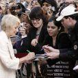 Helen Mirren prend part à la séance d'autographes lors de la première du film Jeux de pouvoir à Londres le 21 avril 2009