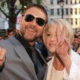 Russell Crowe et Helen Mirren ont le style mais ne sont pas vraiment synchro lors de la première du film Jeux de pouvoir à Londres le 21 avril 2009