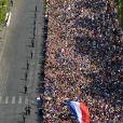 Illustration des Champs-Elysées depuis le toit de l'Arc de Triomphe à Paris, le lendemain de la victoire de la France lors de la Coupe du Monde de Football 2018 en Russie. Des milliers de fans attendent les joueurs de l'équipe de France, qui vont descendre l'avenue. Le 16 juillet 2018