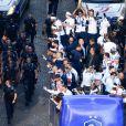 Descente des joueurs de l'équipe de France de football sur l'avenue des Champs-Elysées depuis le toit de l'Arc de Triomphe à Paris, le lendemain de la victoire de la France lors de la Coupe du Monde de Football 2018 en Russie. Le 16 juillet 2018