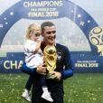 Antoine Griezmann avec le trophée de la Coupe du monde et sa fille Mia - Finale de la Coupe du Monde de Football 2018 en Russie à Moscou, opposant la France à la Croatie (4-2).