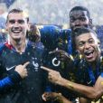 Antoine Griezmann, Paul Pogba et Kylian Mbappé - L'équipe de France sur la pelouse du stade Loujniki après leur victoire sur la Croatie (4-2) en finale de la Coupe du Monde 2018 (FIFA World Cup Russia2018), le 15 juillet 2018.