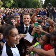 Le président français Emmanuel Macron pose avec les enfants d'associations sportives - Le président de la République Française E. Macron et la Première dame B. Macron, accueillent les joueurs de l'équipe de France (Les Bleus) et son sélectionneur D. Deschamps, le président de la Fédération Française de Football N. Le Graët et des membres de la FFF, dans les jardins du Palais de l'Elysée à Paris, le 16 juillet 2018. L'équipe de France a été sacrée Championne du Monde 2018, pour la deuxième fois de son histoire, après sa victoire en finale face à la Croatie (4-2) © Sébastien Valiela/Bestimage