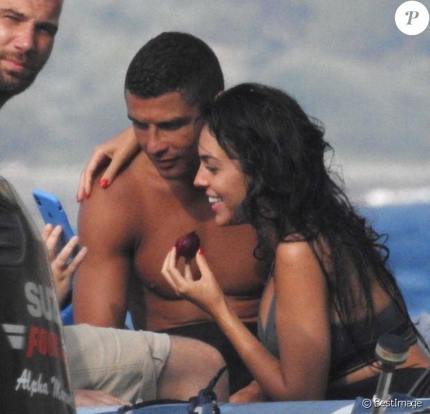 Exclusif - Cristiano Ronaldo et sa compagne Georgina Rodriguez font de la plongée sous-marine pendant leurs vacances en Grèce, le 8 juillet 2018.