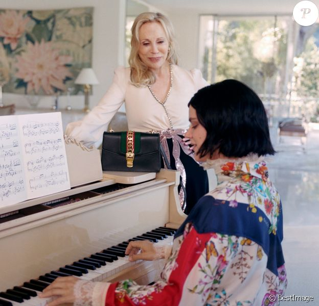 """L'actrice Faye Dunaway (photographiée avec Soko) est le visage du sac """"Sylvie"""" de Gucci. Photo par Petra Collins."""