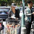 """Chrissy Teigen et son mari John Legend sortent du marché """"Bristol Farms"""" à West Hollywood le 3 juillet 2018."""