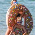 Exclusif -Amélie Neten, son fils Hugo et son compagnon Philippe Léonard profitent de la plage lors de leurs vacances à Saint-Tropez.