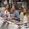 La reine Sofia d'Espagne s'est jointe à la reine Letizia d'Espagne et ses filles la princesse Leonor et l'infante Sofia pour une promenade au marché couvert de l'Olivar à Palma de Majorque le 31 juillet 2018, près de quatre mois après le scandale de la messe de Pâques dans lequel elles avaient été impliquées.