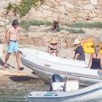 Exclusif - Kate Hudson, enceinte, avec son compagnon Danny Fujikawa et des amis sur la plage de Skiathos. Kurt Russell et sa femme Goldie Hawn les ont rejoint sur la plage. Grèce, le 19 juin 2018.
