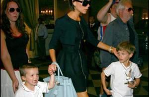 Victoria Beckham toujours chic fait du shopping avec Roméo et le petit Cruz... véritable sosie de son papa !