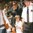 Victoria Beckham et ses deux fils au centre commercial The Groove à Los Angeles le 18 avril 2009