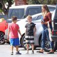 Exclusif - Hilary Duff, enceinte, dépose son fils Luca à son ex mari Mike Comrie à Los Angeles le 2 août 2018.