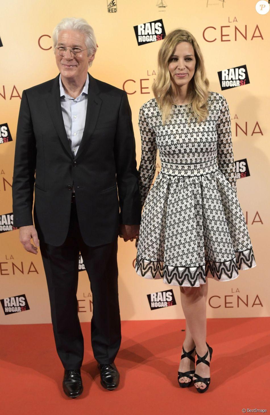 """Richard Gere et sa compagne Alejandra Silva à la première de """"The Dinner"""" au Capitol à Madrid le 11 decembre 2017."""