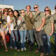 Kristen Bell est venue soutenir le fondateur de l'association Invisible Children, Jason Russell, et prend la pose aux côtés d'autres participants, samedi à Santa Monica