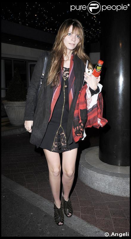 Mischa Barton à la sortie de son hôtel à Londres, le 24 avril 2009