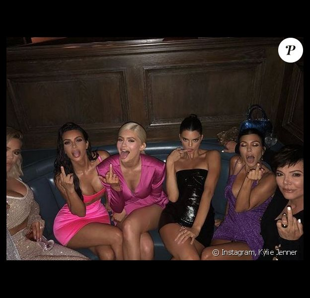 Khloé, Kim Kardashian, Kylie, Kendall Jenner, Kourtney Kardashian et leur mère Kris Jenner fêtent les 21 ans de Kylie au Craig's. Los Angeles, le 9 août 2018.
