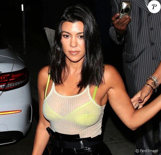 """Kourtney Kardashian à la sortie du restaurant """"Madeo"""" à Beverly Hills. Los Angeles, le 8 août 2018."""