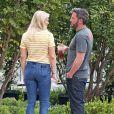 Exclusif - Ben Affleck et sa compagne Lindsay Shookus se câlinent en admirant la façade d'une maison à Los Angeles. Le couple emménagerait-il ensemble? Le 24 mai 2018