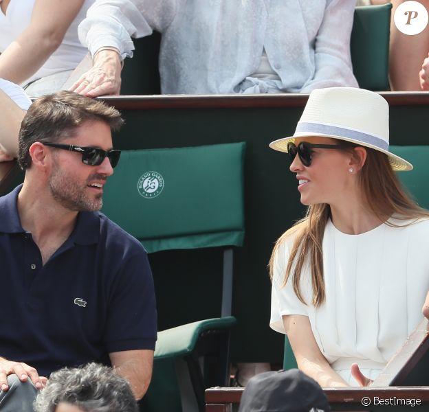 Hilary Swank et son compagnon Philip Schneider dans les tribunes des Internationaux de France de Tennis de Roland Garros à Paris. Le 9 juin 2018 © Cyril Moreau / Bestimage