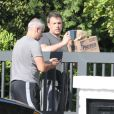Exclusif - Ben Affleck se fait livrer de l'alcool et de la nourriture à son domicile de Brentwood, le 20 août 2018