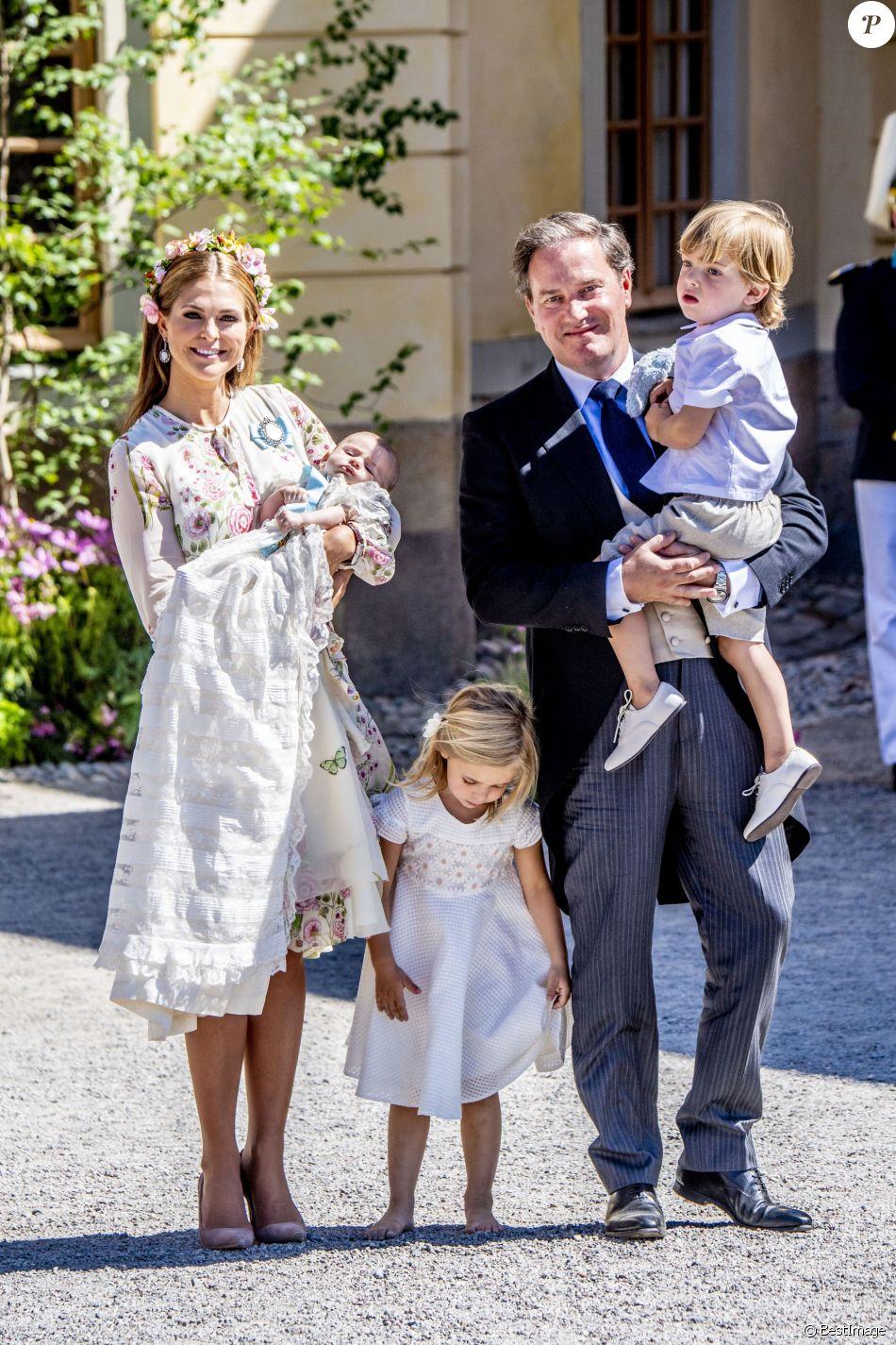 La princesse Madeleine de Suède et Christopher O'Neill lors du baptême de leur fille Adrienne, en compagnie de leurs deux autres enfants, la princesse Leonore et le prince Nicolas, à Stockholm le 8 juin 2018.