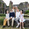 Le roi Philippe et la reine Mathilde de Belgique se sont prêtés avec leurs quatre enfants, Elisabeth, Gabriel, Emmanuel et Eléonore, au jeu de la séance photo des vacances d'été devant les photographes de presse le 24 juin 2018 à l'occasion d'une visite des ruines de l'abbaye de Villers-la-Ville.