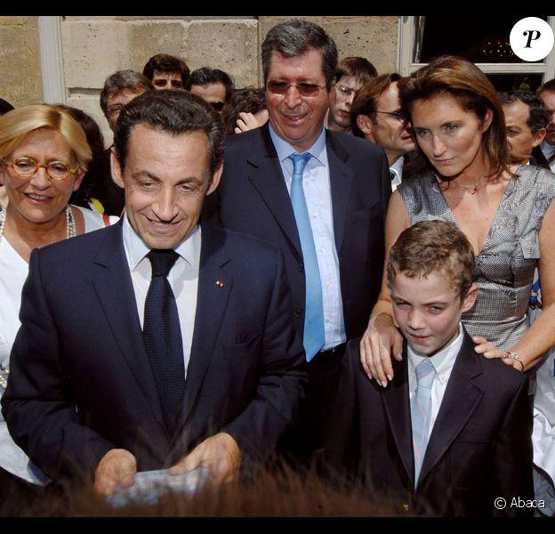 Nicolas Sarkozy et son ex-femme Cécilia écoutent Les Petits Chanteurs à la Croix de Bois durant la Garden Party de L'Elysée le 14 juillet 2007
