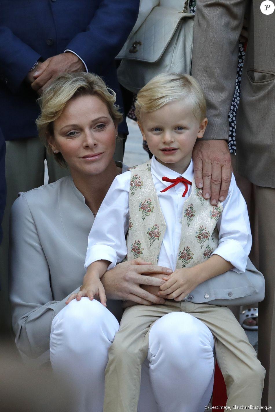 Alberto II y Charlene, Príncipes de Mónaco - Página 11 4280078-la-princesse-charlene-de-monaco-avec-le-950x0-2