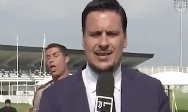 Cristiano Ronaldo s'amuse dans le dos d'un journaliste, lors d'un entraînement en Italie. Septembre 2018