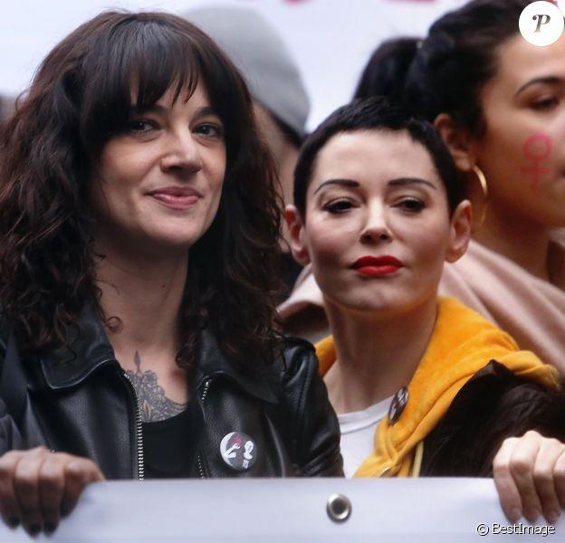 """Les actrices Asia Argento et Rose McGowan lors de la marche """"Women's WeToo WeToogether"""" pour la journée internationale des droits des femmes à Rome. Le 8 mars 2018"""
