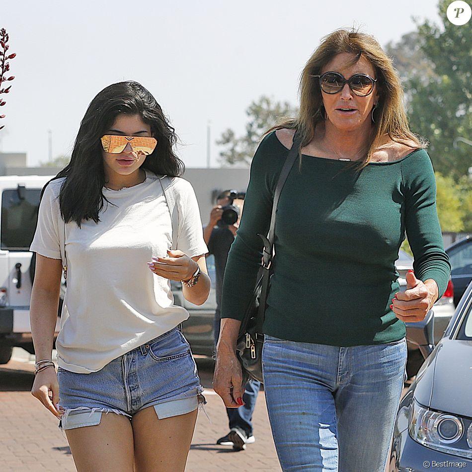 Kylie Jenner et son père Caitlyn Jenner, née William Bruce Jenner, à la sortie du Counrty Martin à Malibu, le 3 juin 2016.