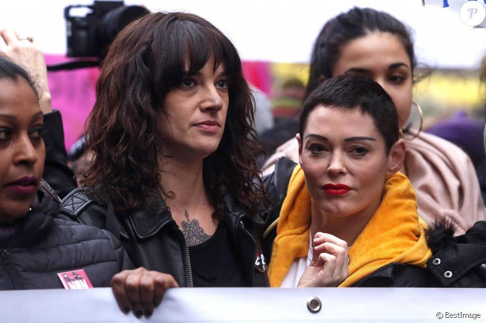 """Asia Argento et Rose McGowan lors de la marche """"Women's WeToo WeToogether"""" pour la journée internationale des droits des femmes à Rome, le 8 mars 2018."""