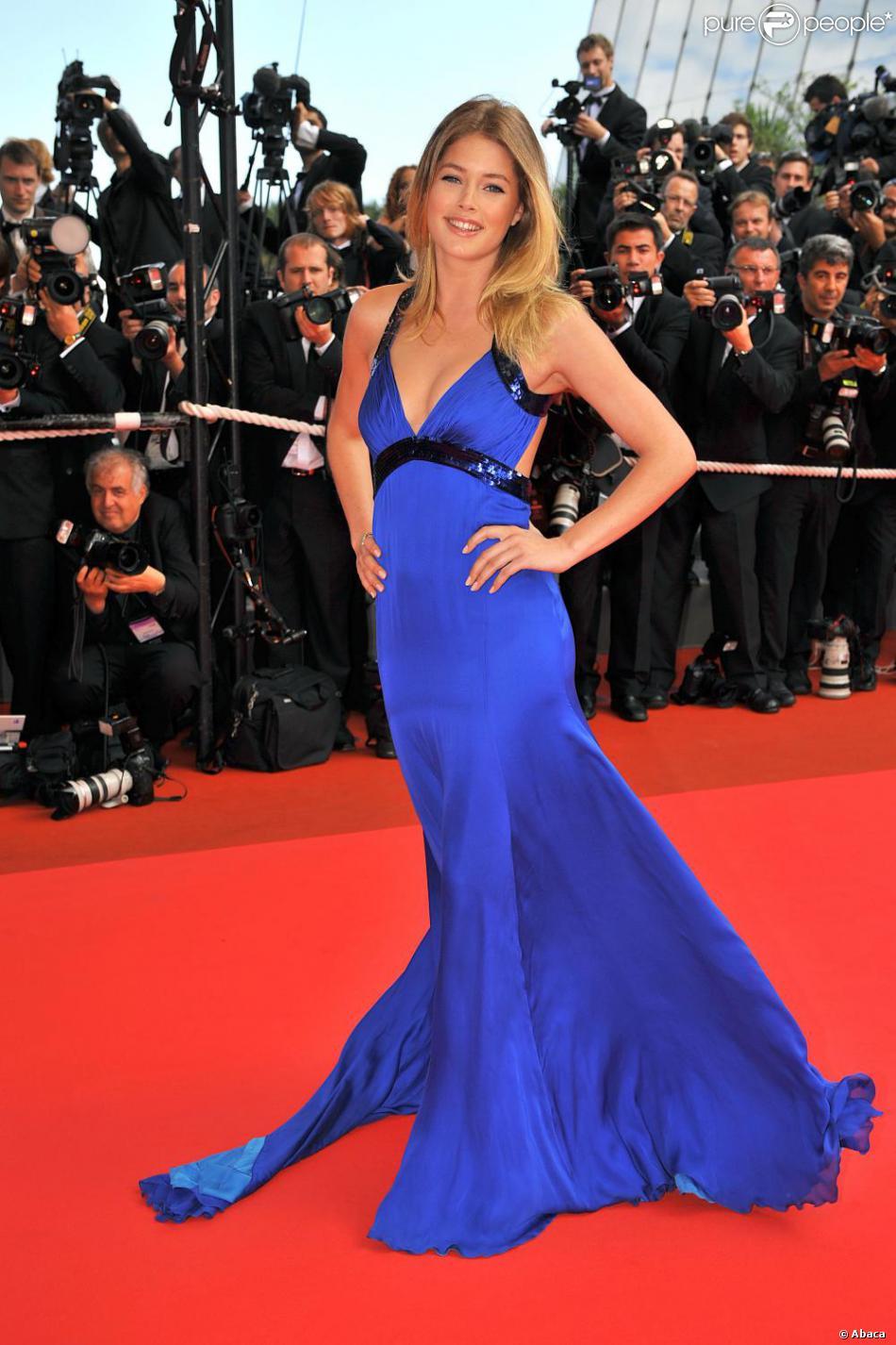 Doutzen kroes portait une robe bleu roi roberto cavalli for Code de robe de mariage de palais de justice