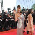Noémie Lenoir, dans une robe métallisée très près du corps Versace ! Festival de Cannes 2008