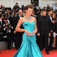 Milla Jovovich, tellement gracieuse dans sa robe Versace et sa parure de saphirs turquoises... Festival de Cannes 2008